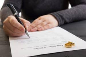 Neben der einvernehmlichen Scheidung sowie der streitigen Scheidung gibt es noch weitere Formen der Scheidung.